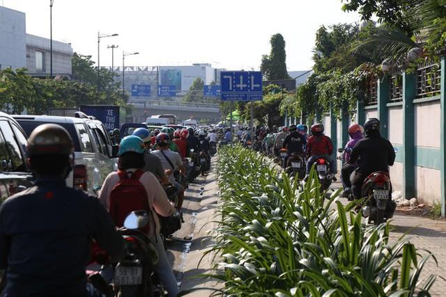 Hàng nghìn phương tiện chôn chân dưới cái nắng ở cổng sân bay Tân Sơn Nhất - Ảnh 2.