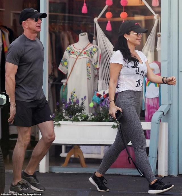 Lộ ảnh tình tứ của tỷ phú Jeff Bezos cùng nhân tình trước ngày thông báo ly hôn 2 tháng - Ảnh 3.
