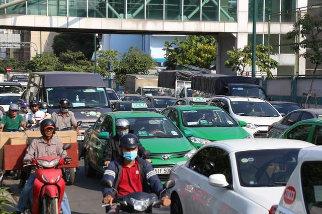 Hàng nghìn phương tiện chôn chân dưới cái nắng ở cổng sân bay Tân Sơn Nhất - Ảnh 4.