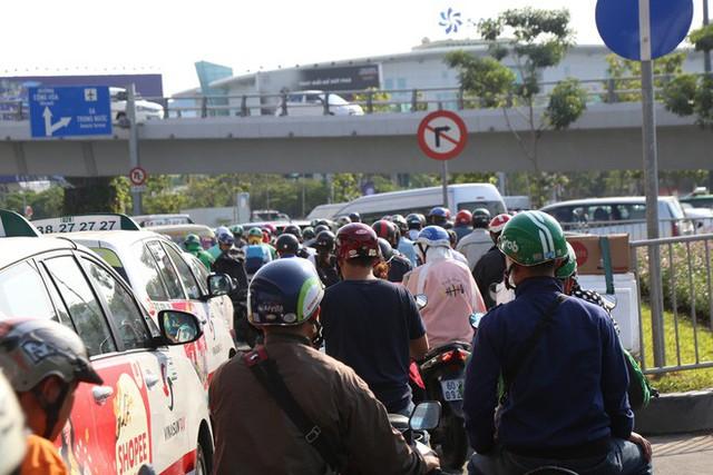 Hàng nghìn phương tiện chôn chân dưới cái nắng ở cổng sân bay Tân Sơn Nhất - Ảnh 7.