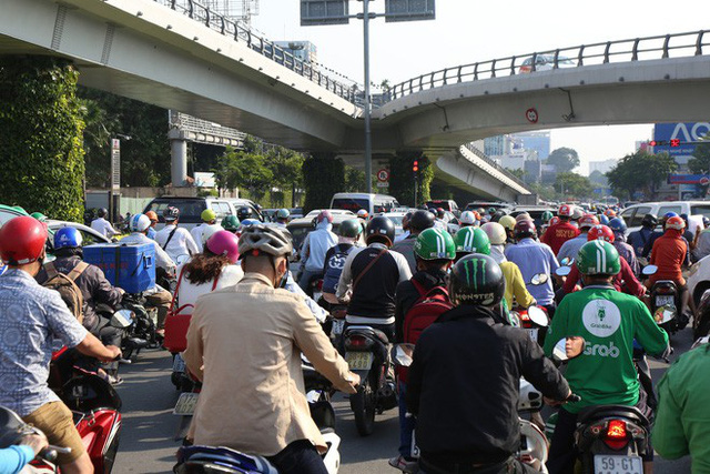 Hàng nghìn phương tiện chôn chân dưới cái nắng ở cổng sân bay Tân Sơn Nhất - Ảnh 9.