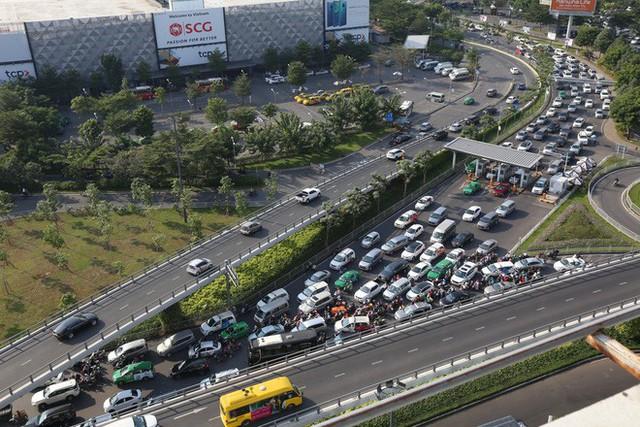 Hàng nghìn phương tiện chôn chân dưới cái nắng ở cổng sân bay Tân Sơn Nhất - Ảnh 10.