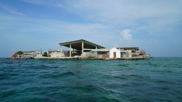 Cuộc sống đáng mơ ước nhưng đầy khổ ải tại hòn đảo chật nhất thế giới: rộng bằng 2 sân bóng đá nhưng mật độ dân siêu khủng - Ảnh 1.