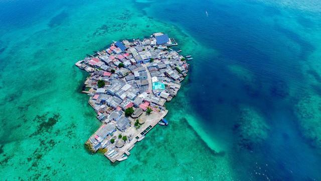 Cuộc sống đáng mơ ước nhưng đầy khổ ải tại hòn đảo chật nhất thế giới: rộng bằng 2 sân bóng đá nhưng mật độ dân siêu khủng - Ảnh 2.