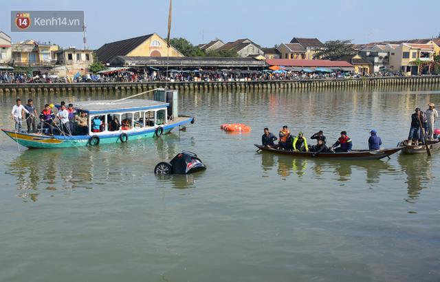 Nhói lòng 8 giờ đồng hồ trục vớt thi thể đôi vợ chồng và bé trai 6 tuổi trong ô tô lao xuống sông ở Quảng Nam - Ảnh 1.
