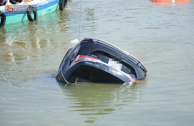 Nhói lòng 8 giờ đồng hồ trục vớt thi thể đôi vợ chồng và bé trai 6 tuổi trong ô tô lao xuống sông ở Quảng Nam - Ảnh 3.