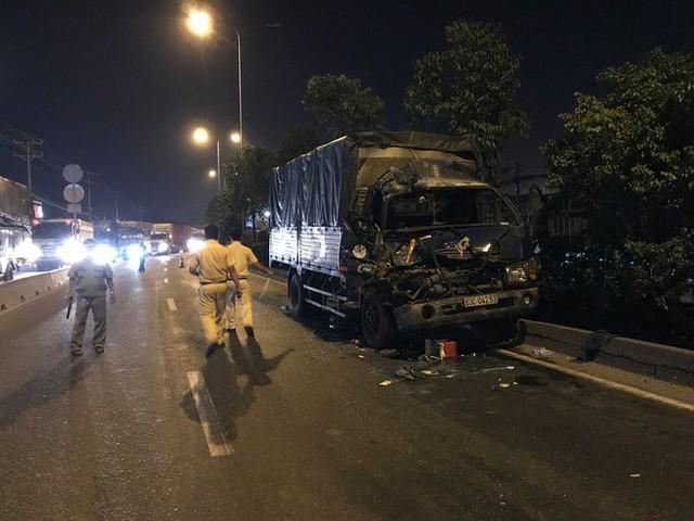Xe tải tông vào đuôi xe container dừng đèn đỏ, 3 người thương vong ở Sài Gòn - Ảnh 1.