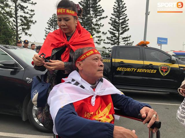 Hàng trăm người hâm mộ tập trung tại sân bay Nội Bài đón đội tuyển Việt Nam trở về - Ảnh 1.