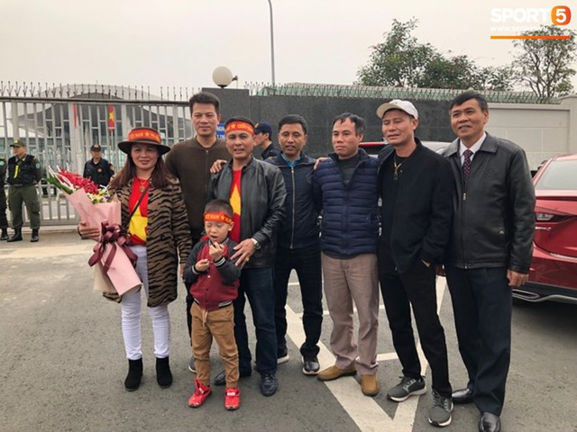 Hàng trăm người hâm mộ tập trung tại sân bay Nội Bài đón đội tuyển Việt Nam trở về - Ảnh 2.