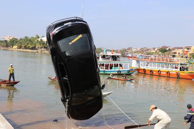 Vụ cả gia đình ở Hà Nội lao ô tô xuống sông, 3 người chết, hàng xóm sốc nặng không tin là sự thật - Ảnh 1.