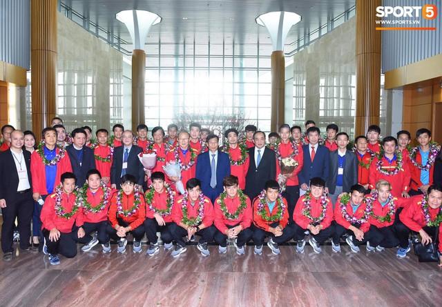Dàn trai đẹp đội tuyển Việt Nam trở về trong vòng tay người hâm mộ và gia đình - Ảnh 1.