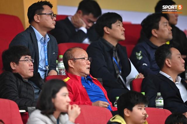 Không nghỉ ngơi, HLV Park Hang-seo tới sân theo dõi U22 Việt Nam đấu CLB quê nhà - Ảnh 1.