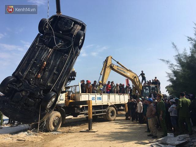 Nhói lòng 8 giờ đồng hồ trục vớt thi thể đôi vợ chồng và bé trai 6 tuổi trong ô tô lao xuống sông ở Quảng Nam - Ảnh 12.