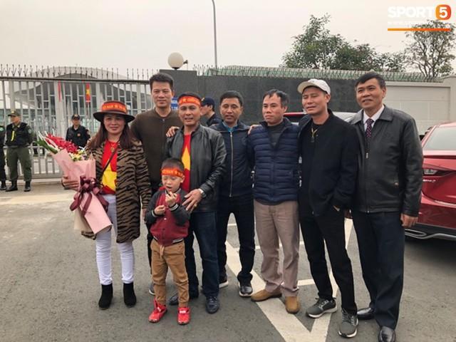 Dàn trai đẹp đội tuyển Việt Nam trở về trong vòng tay người hâm mộ và gia đình - Ảnh 11.
