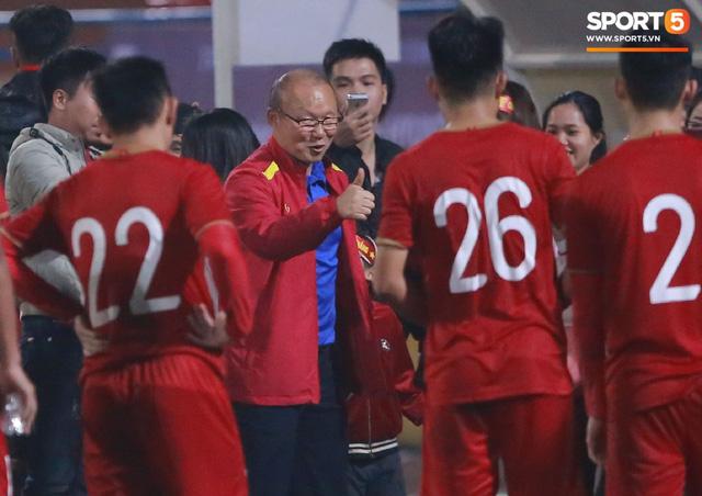 Không nghỉ ngơi, HLV Park Hang-seo tới sân theo dõi U22 Việt Nam đấu CLB quê nhà - Ảnh 11.