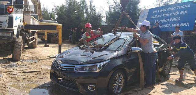Nhói lòng 8 giờ đồng hồ trục vớt thi thể đôi vợ chồng và bé trai 6 tuổi trong ô tô lao xuống sông ở Quảng Nam - Ảnh 13.
