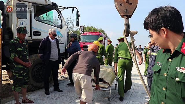 Nhói lòng 8 giờ đồng hồ trục vớt thi thể đôi vợ chồng và bé trai 6 tuổi trong ô tô lao xuống sông ở Quảng Nam - Ảnh 15.