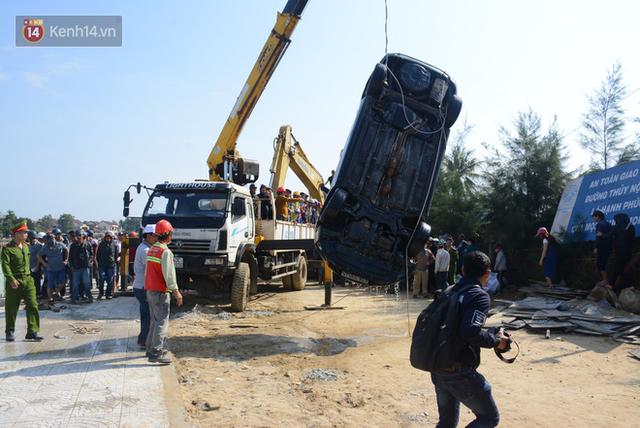 Nhói lòng 8 giờ đồng hồ trục vớt thi thể đôi vợ chồng và bé trai 6 tuổi trong ô tô lao xuống sông ở Quảng Nam - Ảnh 16.
