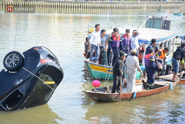 Nhói lòng 8 giờ đồng hồ trục vớt thi thể đôi vợ chồng và bé trai 6 tuổi trong ô tô lao xuống sông ở Quảng Nam - Ảnh 4.