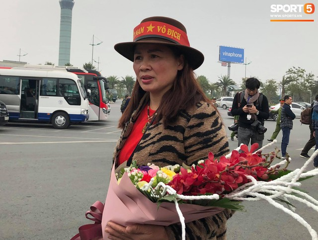 Hàng trăm người hâm mộ tập trung tại sân bay Nội Bài đón đội tuyển Việt Nam trở về - Ảnh 3.