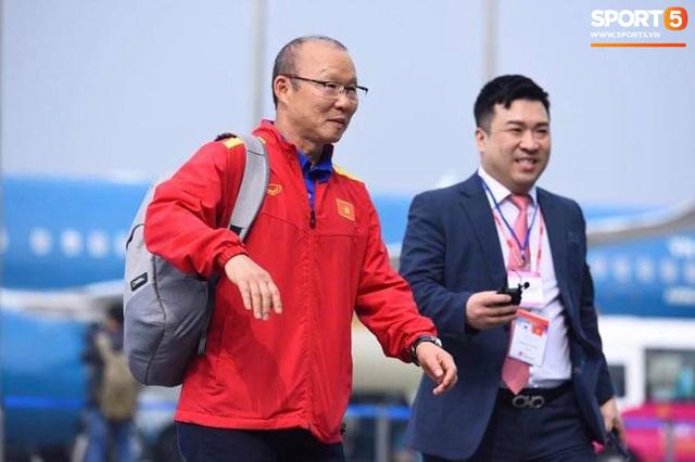 Dàn trai đẹp đội tuyển Việt Nam trở về trong vòng tay người hâm mộ và gia đình - Ảnh 3.