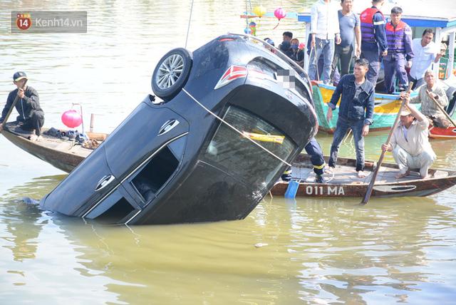 Nhói lòng 8 giờ đồng hồ trục vớt thi thể đôi vợ chồng và bé trai 6 tuổi trong ô tô lao xuống sông ở Quảng Nam - Ảnh 5.