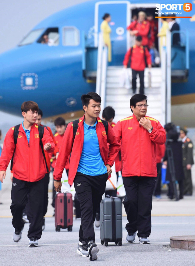 Dàn trai đẹp đội tuyển Việt Nam trở về trong vòng tay người hâm mộ và gia đình - Ảnh 4.