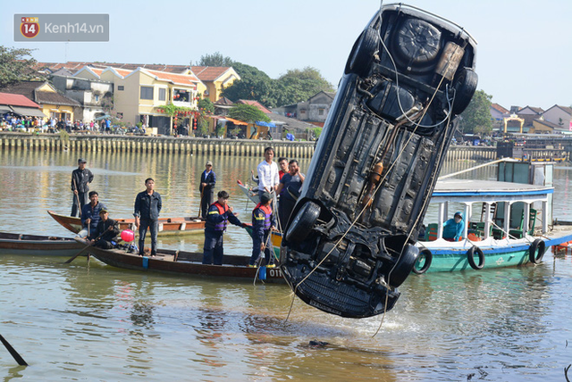 Nhói lòng 8 giờ đồng hồ trục vớt thi thể đôi vợ chồng và bé trai 6 tuổi trong ô tô lao xuống sông ở Quảng Nam - Ảnh 6.