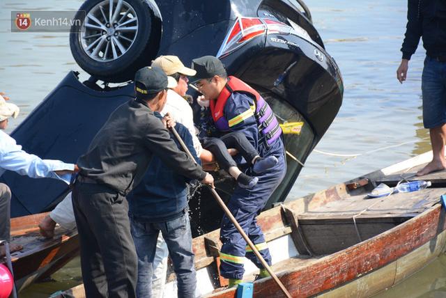 Nhói lòng 8 giờ đồng hồ trục vớt thi thể đôi vợ chồng và bé trai 6 tuổi trong ô tô lao xuống sông ở Quảng Nam - Ảnh 7.