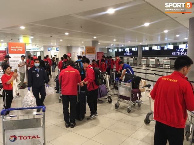 Hàng trăm người hâm mộ tập trung tại sân bay Nội Bài đón đội tuyển Việt Nam trở về - Ảnh 6.