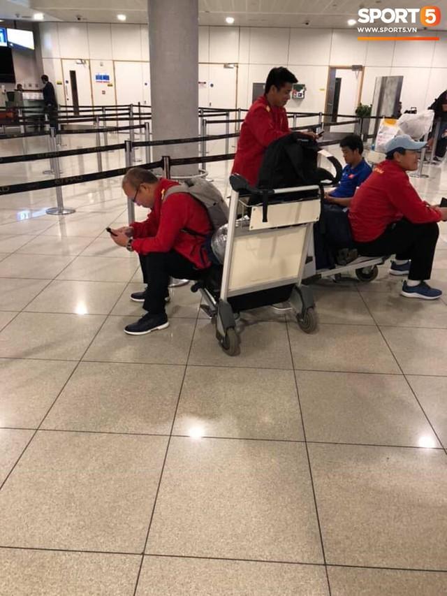 Hàng trăm người hâm mộ tập trung tại sân bay Nội Bài đón đội tuyển Việt Nam trở về - Ảnh 7.