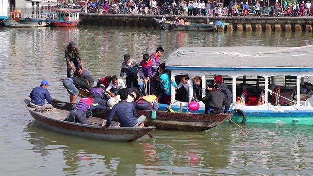 Nhói lòng 8 giờ đồng hồ trục vớt thi thể đôi vợ chồng và bé trai 6 tuổi trong ô tô lao xuống sông ở Quảng Nam - Ảnh 9.