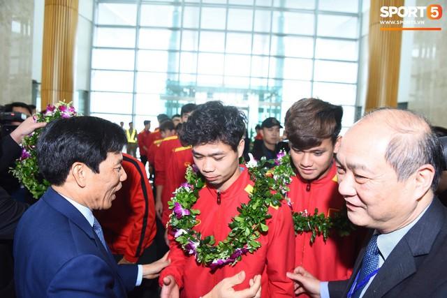 Dàn trai đẹp đội tuyển Việt Nam trở về trong vòng tay người hâm mộ và gia đình - Ảnh 8.