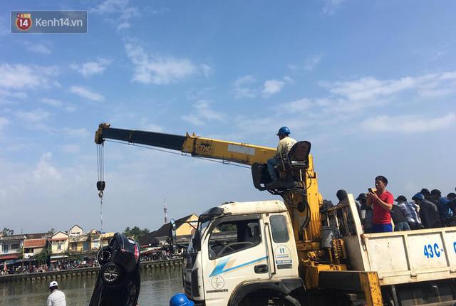 Nhói lòng 8 giờ đồng hồ trục vớt thi thể đôi vợ chồng và bé trai 6 tuổi trong ô tô lao xuống sông ở Quảng Nam - Ảnh 10.
