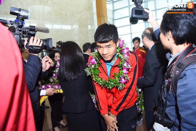 Dàn trai đẹp đội tuyển Việt Nam trở về trong vòng tay người hâm mộ và gia đình - Ảnh 9.