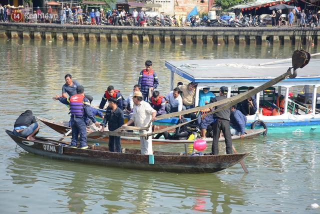 Nhói lòng 8 giờ đồng hồ trục vớt thi thể đôi vợ chồng và bé trai 6 tuổi trong ô tô lao xuống sông ở Quảng Nam - Ảnh 11.