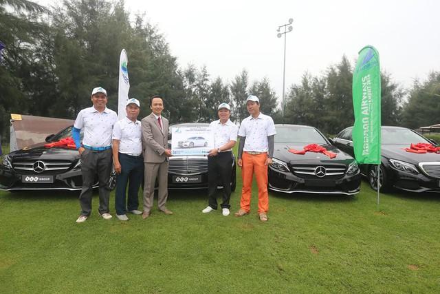 Tay golf trúng tới 4 chiếc xe Mercedes và nhận quà trị giá 10 tỷ đồng chỉ nhờ một cú đánh  - Ảnh 2.