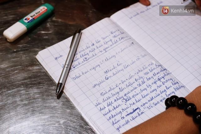 Chuyện cảm động trong lớp học miễn phí cho công nhân, tài xế nghèo ở Sài Gòn: Sáng mưu sinh tối cắp sách học chữ! - Ảnh 1.