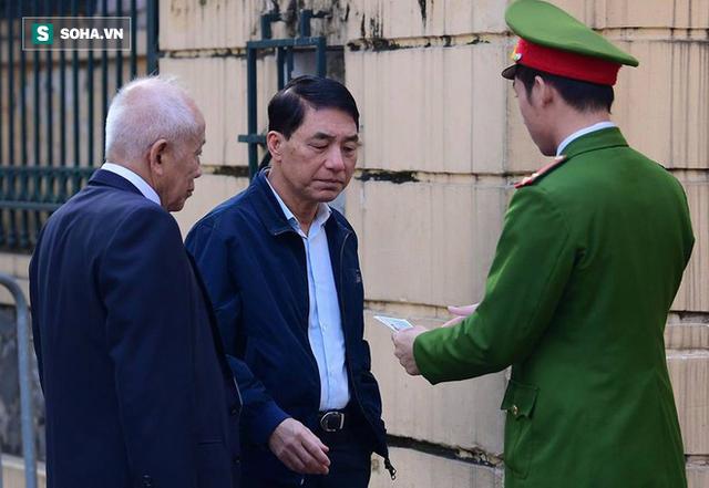 Cựu thứ trưởng Bộ Công an Trần Việt Tân đến tòa - Ảnh 2.