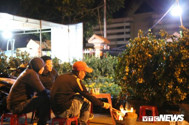 Ảnh: Tiểu thương vạ vật trắng đêm canh tài sản ở chợ hoa Tết lớn nhất TP Buôn Ma Thuột - Ảnh 1.