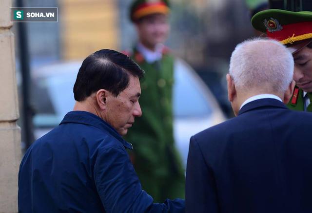 Cựu thứ trưởng Bộ Công an Trần Việt Tân đến tòa - Ảnh 3.