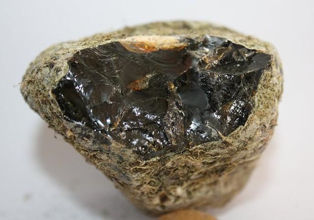 Cục đá nhìn tầm thường này được bán với giá 330 triệu/kg và đây là lý do đằng sau - Ảnh 3.