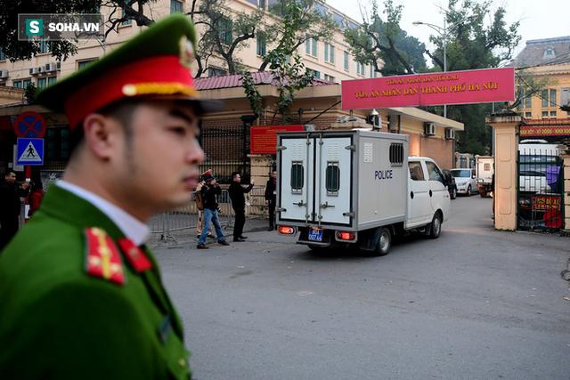 Cựu thứ trưởng Bộ Công an Trần Việt Tân đến tòa - Ảnh 4.