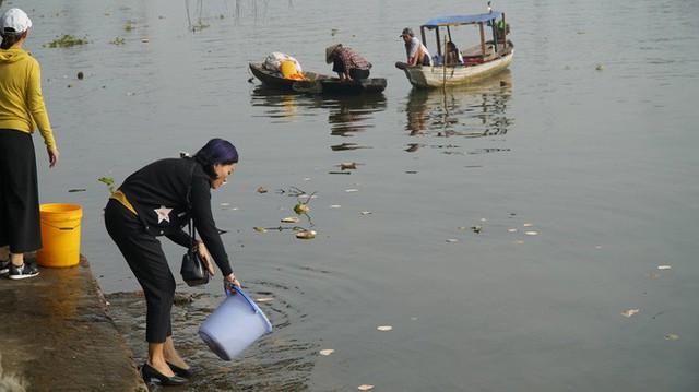 Người Sài Gòn mua cua mang đến chùa phóng sinh ngày ông Công ông Táo - Ảnh 4.