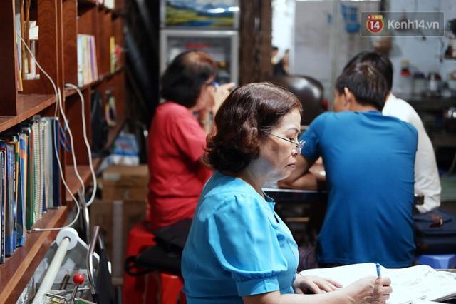 Chuyện cảm động trong lớp học miễn phí cho công nhân, tài xế nghèo ở Sài Gòn: Sáng mưu sinh tối cắp sách học chữ! - Ảnh 6.