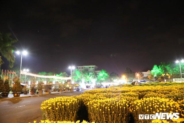 Ảnh: Tiểu thương vạ vật trắng đêm canh tài sản ở chợ hoa Tết lớn nhất TP Buôn Ma Thuột - Ảnh 6.