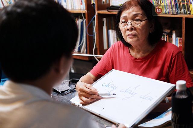 Chuyện cảm động trong lớp học miễn phí cho công nhân, tài xế nghèo ở Sài Gòn: Sáng mưu sinh tối cắp sách học chữ! - Ảnh 7.