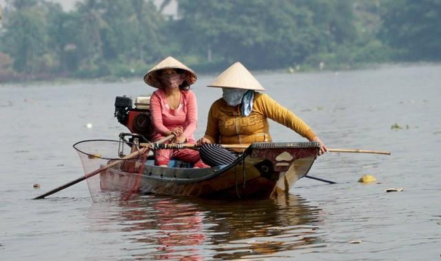 Người Sài Gòn mua cua mang đến chùa phóng sinh ngày ông Công ông Táo - Ảnh 7.