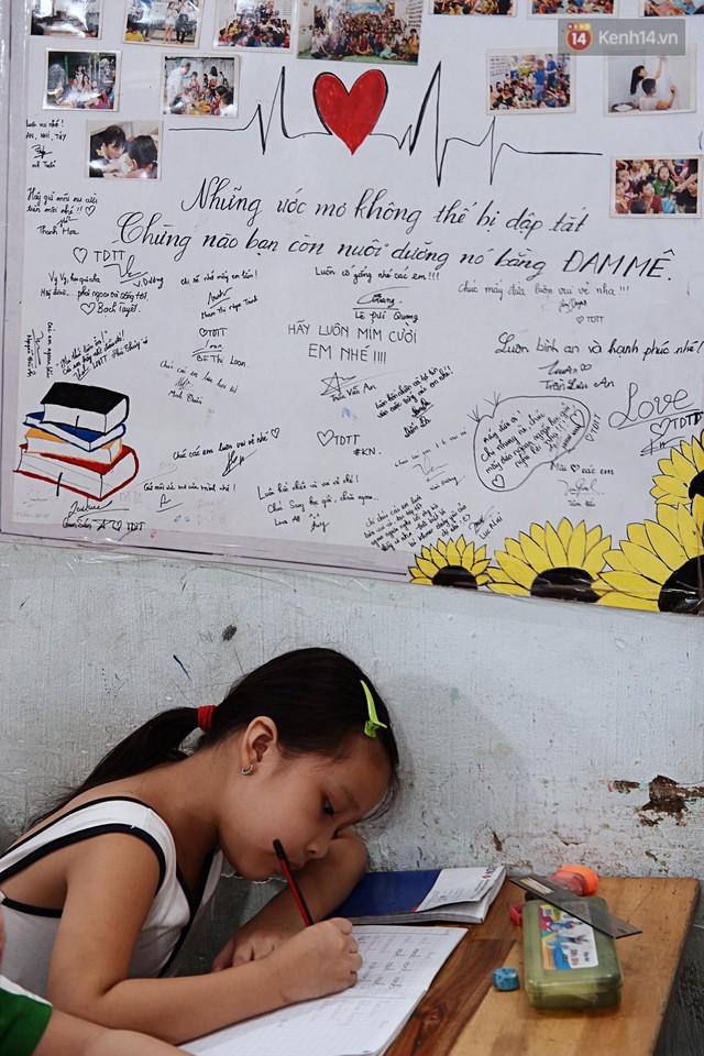 Chuyện cảm động trong lớp học miễn phí cho công nhân, tài xế nghèo ở Sài Gòn: Sáng mưu sinh tối cắp sách học chữ! - Ảnh 8.