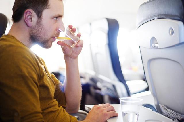 Máy bay vốn không sạch như mọi người vẫn nghĩ, hãy bỏ túi ngay 8 bí kíp phòng bệnh sau để đi lại an toàn trong dịp Tết này - Ảnh 5.